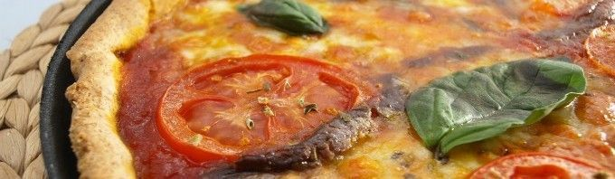 Pizza integral con tomate, mozzarella y albahaca - MisThermorecetas.com