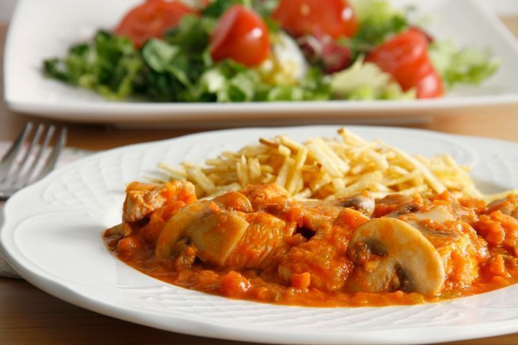 Pollo con salsa de tomate y champiñones