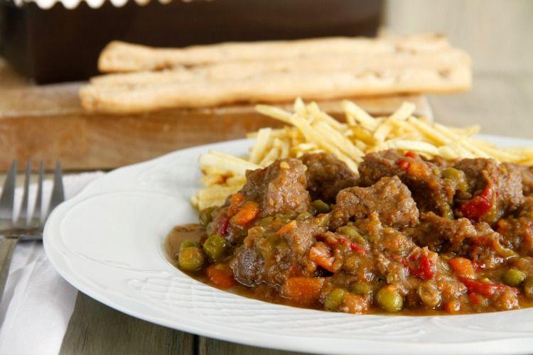 Carne guisada con pimientos y guisantes