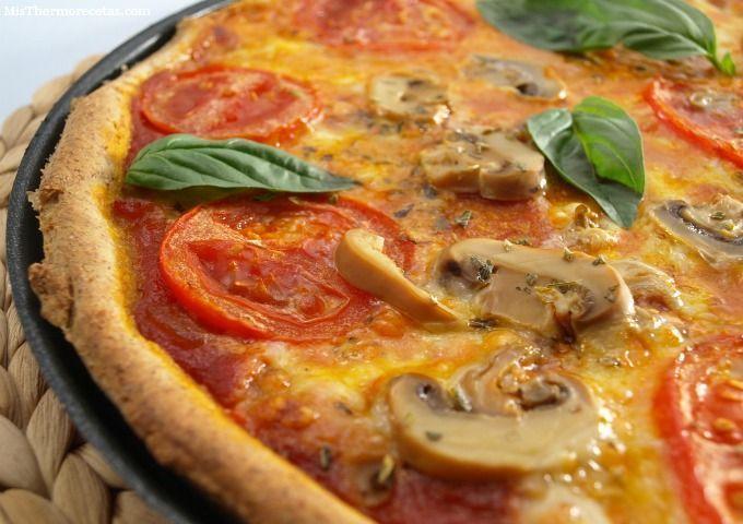 Pizza integral con tomate, mozzarella y albahaca