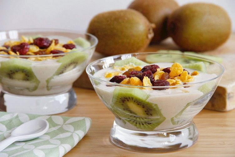 Postre de kiwi con salsa yogur, nueces y vainilla