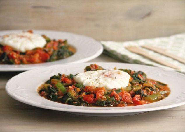 Acelgas con tomate y huevos poché