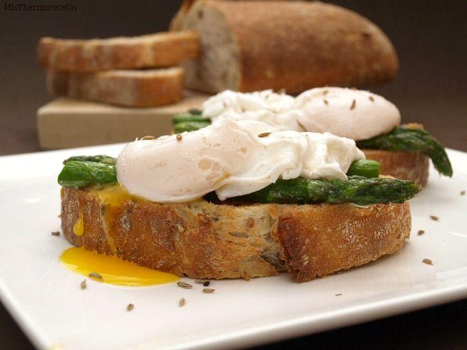 Huevos escalfados con espárragos verdes y comino