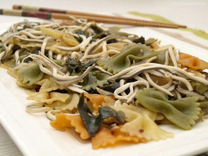 Ensalada de pasta con algas wakame y gulas