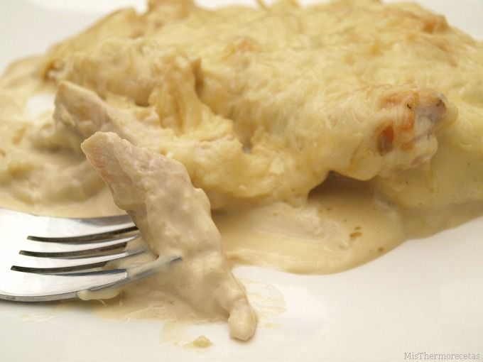 Pechuga de pollo con crema de cebolla, al horno