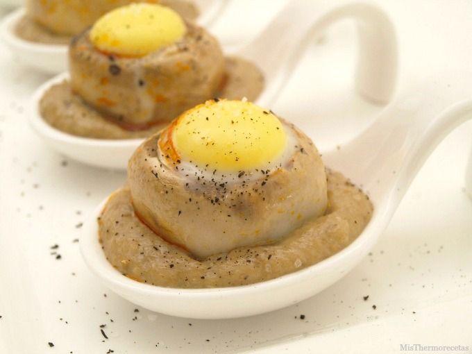 Huevos de codorniz en champiñón sobre salsa duxelles - MisThermorecetas