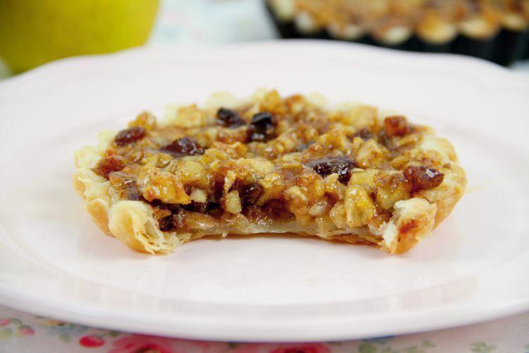 Tartaletas de manzana, uvas pasas y nueces