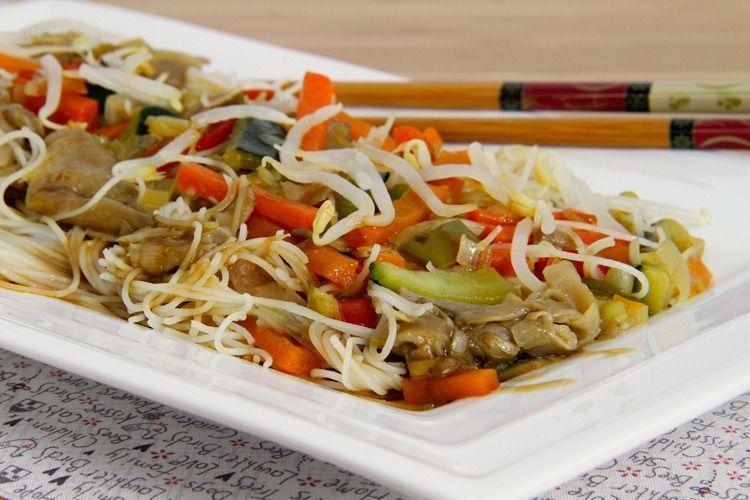 Fideos orientales de arroz con verduras y setas