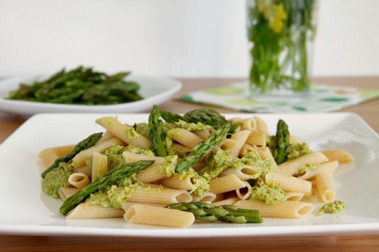 Pasta integral con pesto de espárragos verdes