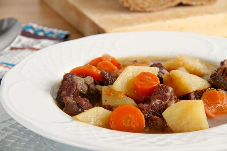 Guiso de patatas con carne, en olla rápida