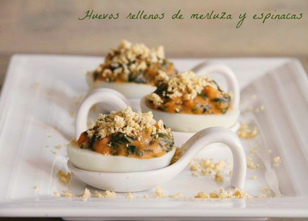 Huevos rellenos de merluza y espinacas