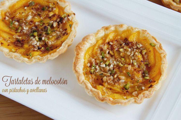 Tartaletas de melocotón con pistachos y avellanas