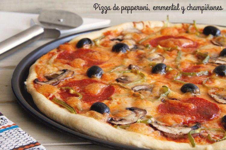 Pizza de pepperoni, emmental y champiñones