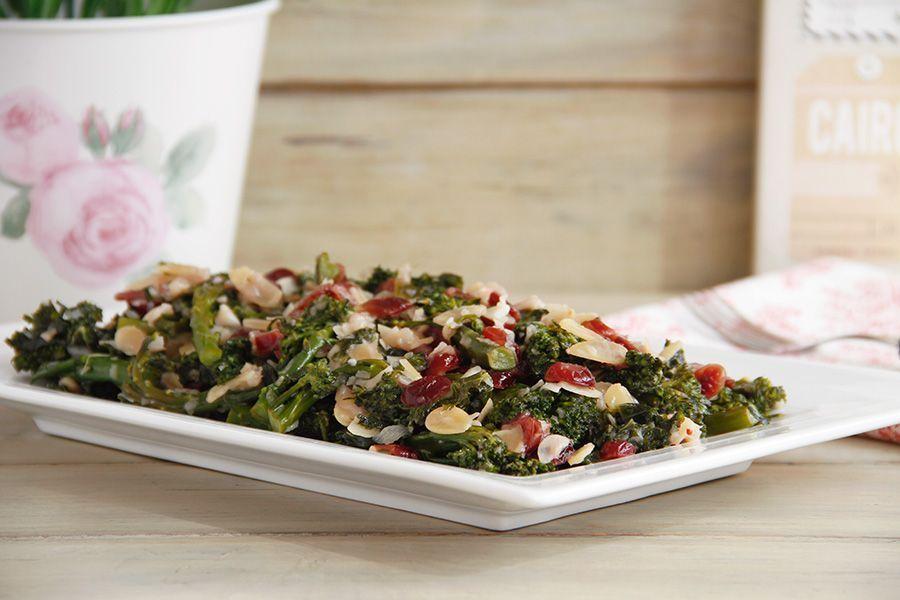 Kale, bimi (o broccolini) y arándanos con almendras