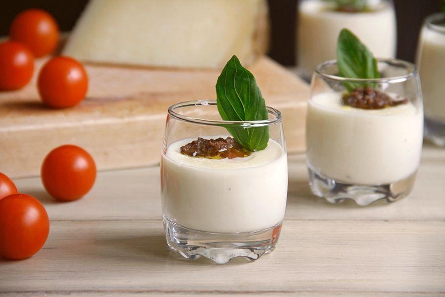 Crema de queso manchego con tomatitos y aceituna negra
