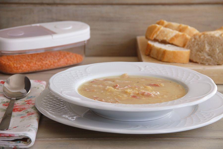 Sopa de lentejas rojas y beicon