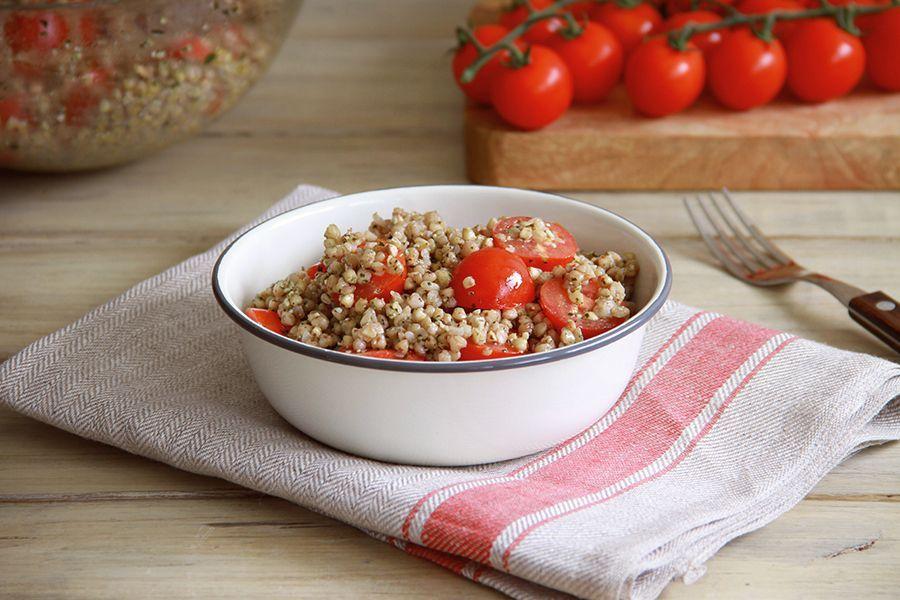 Trigo sarraceno con tomates cherry y albahaca