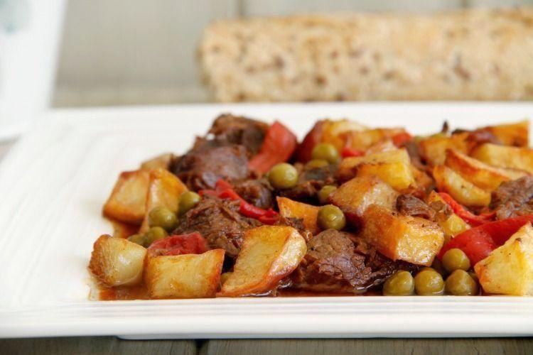Carne en salsa con patatas fritas, en olla rápida