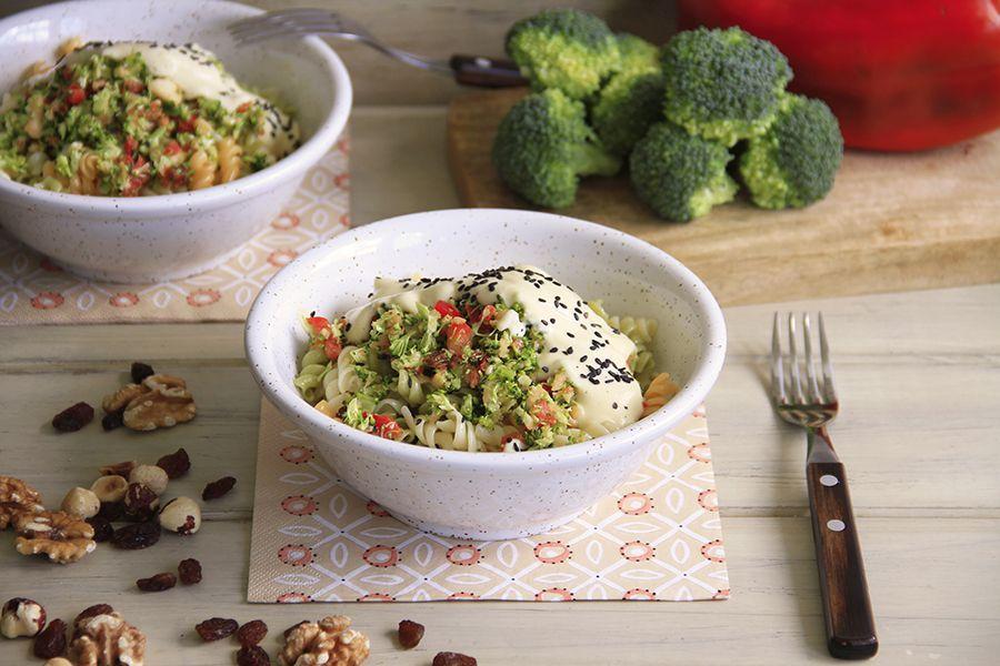 Ensalada de pasta y verduras, con salsa hummus