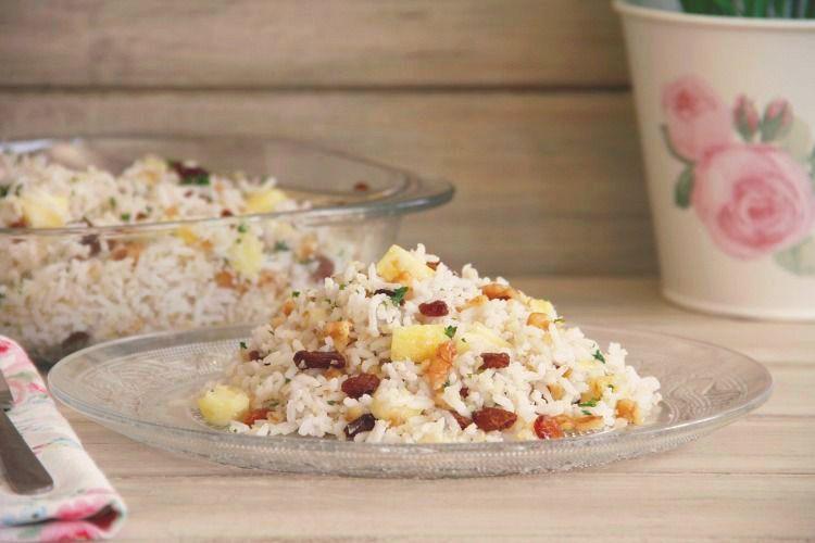 Ensalada de arroz con frutos secos y piña