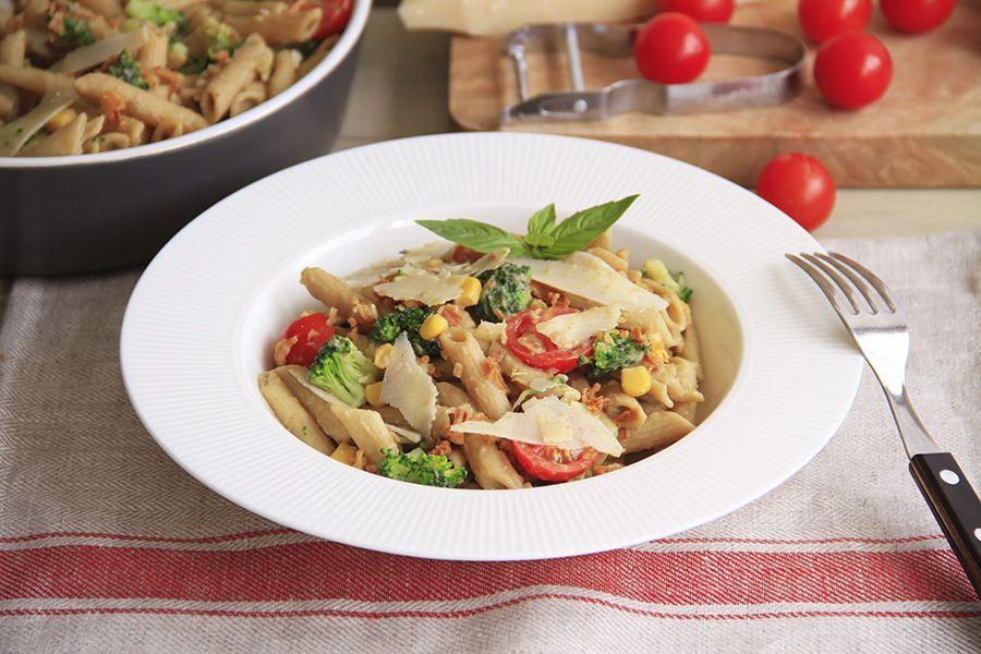 Ensalada de pasta con verdura y salsa de berenjena