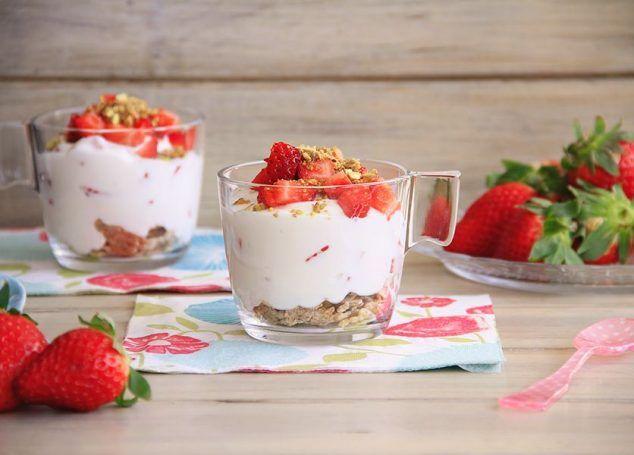 Postre ligero de fresas con crema de yogur y queso