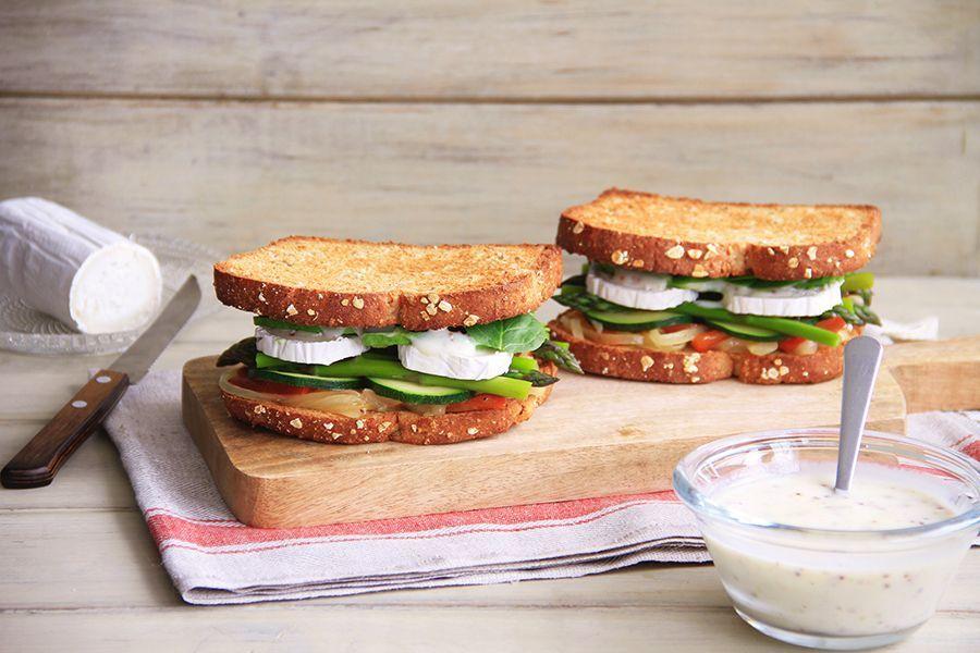 Sándwich integral de verduras con queso de cabra