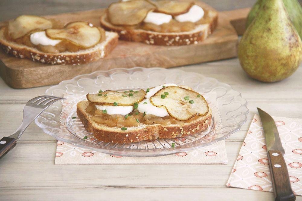 Tosta de chalota y pera caramelizada con queso de cabra