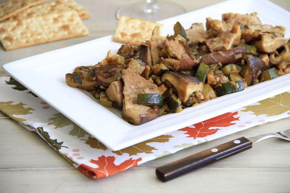Rehogado de setas shiitake con puerro y pimiento verde