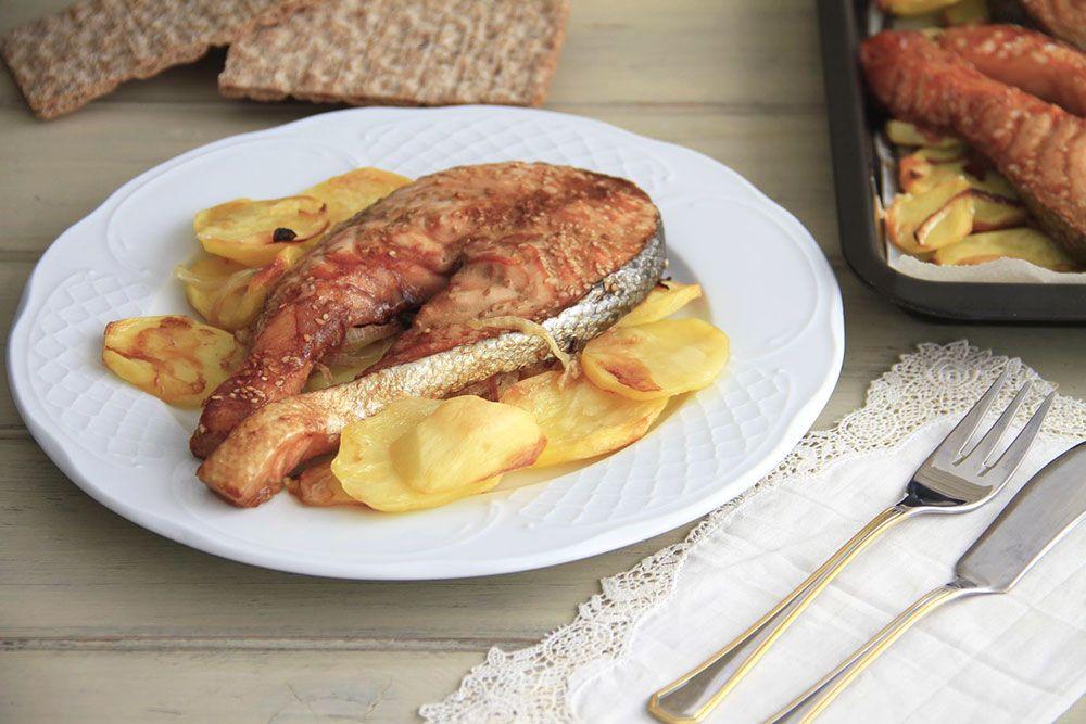 Salmón al horno con patata panadera